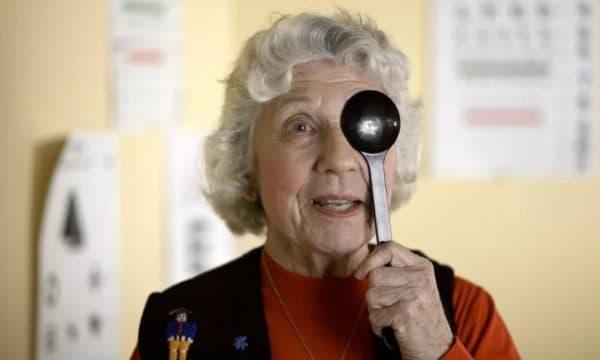 Осмотр у офтльмолога пожилой женщины