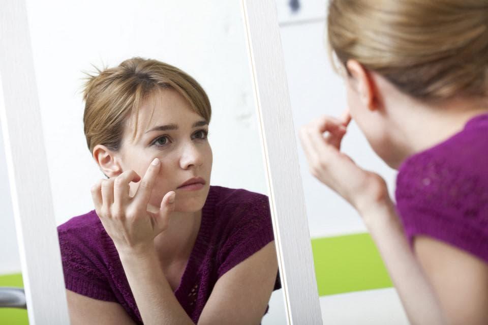 Для получения лучшего эффекта смочите пальцы в питательном креме для век или же натуральном масле.