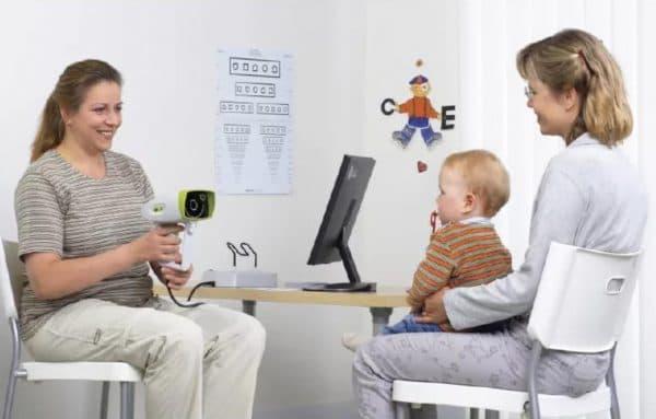 Осмотр ребенка у офтальмолога