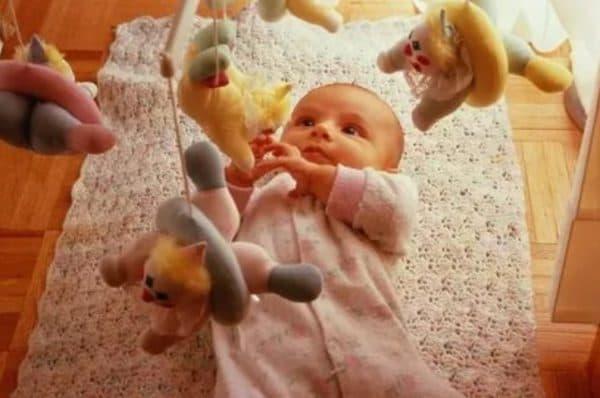 Косоглазие и близкое расположение игрушек перед глазами