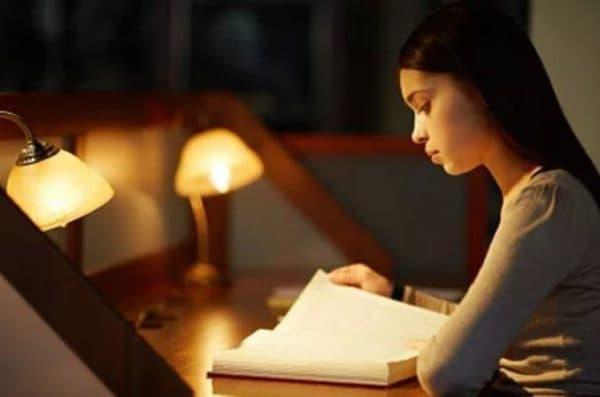 Правильное освещение при чтении